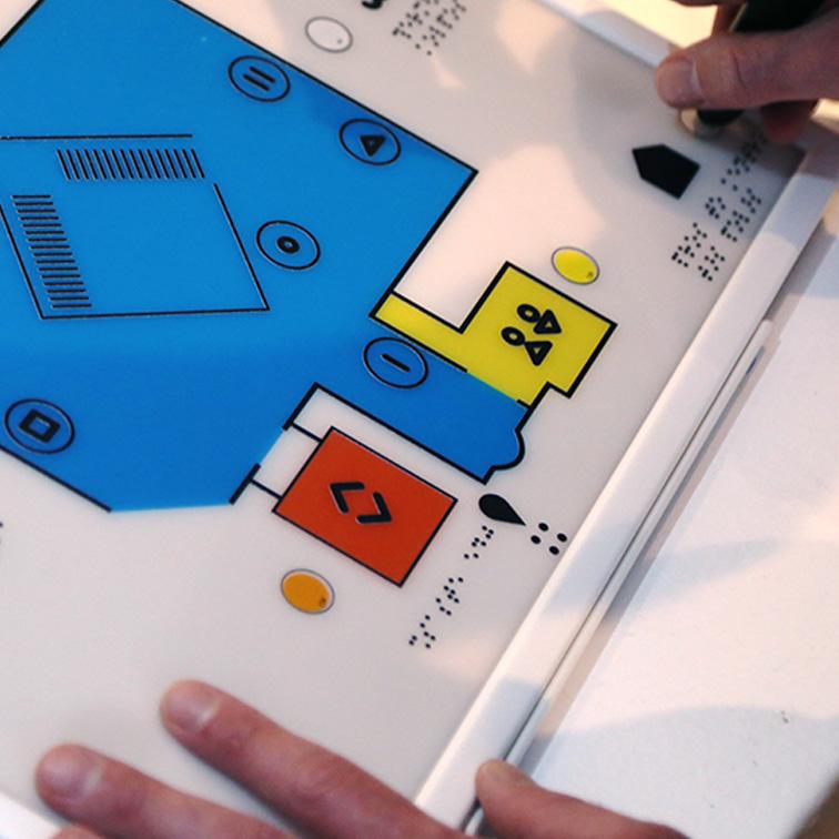Απτικοί χάρτες πλοήγησης. Οι απτικοί χάρτες περιλαμβάνουν την κάτοψη του μουσείου, τα σημεία ενδιαφέροντος εντός του μουσείου καθώς και τη θέση των προσβάσιμων έργων τέχνης σε κωδικοποιημένη μορφή που συνδέεται με τις λεζάντες των έργων που φέρουν αυτές τις πληροφορίες ανάγλυφα. Οι απτικοί χάρτες είναι ανάγλυφοι, περιλαμβάνουν κείμενα σε μπράιγ γραφή και έχουν τη δυνατότητα ακουστικής περιγραφής των κειμένων με τη χρήση του Talking Pen. Ο χώρος της εφαρμογής του προγράμματος προσβασιμότητας στο χάρτη έχει σημανθεί με μπλε χρώμα, οι τουαλέτες με κίτρινο και τα ασανσέρ με πορτοκαλί. Για να εντοπίσετε τις ακουστικές περιγραφές, αναζητήστε τα κενά μικρά κυκλάκια που βρίσκονται στους χάρτες και φέρτε τη μύτη του μολυβιού που μιλάει επάνω τους ώστε να ακούσετε την ακουστική περιγραφή.